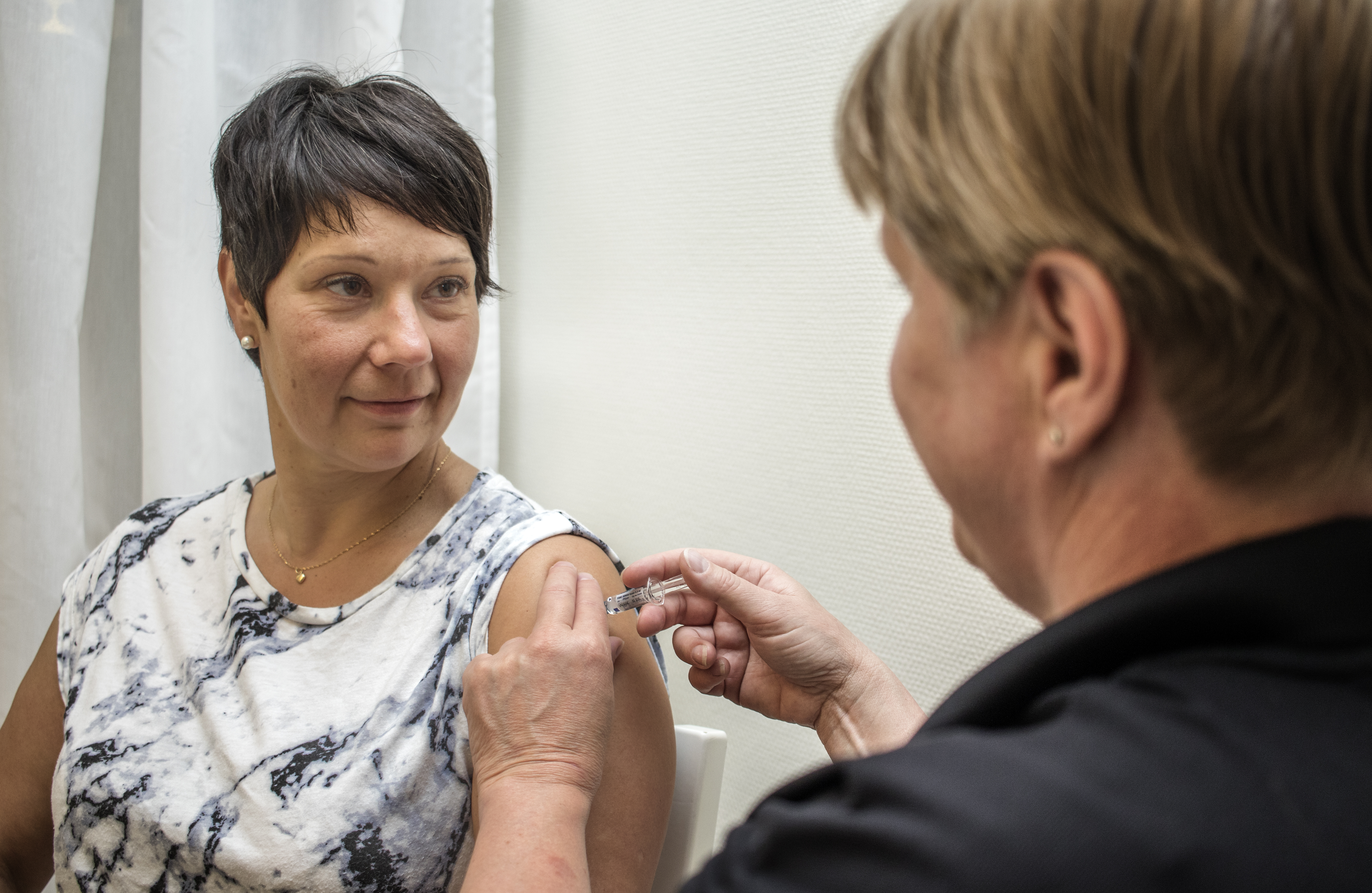 En person får en vaccination