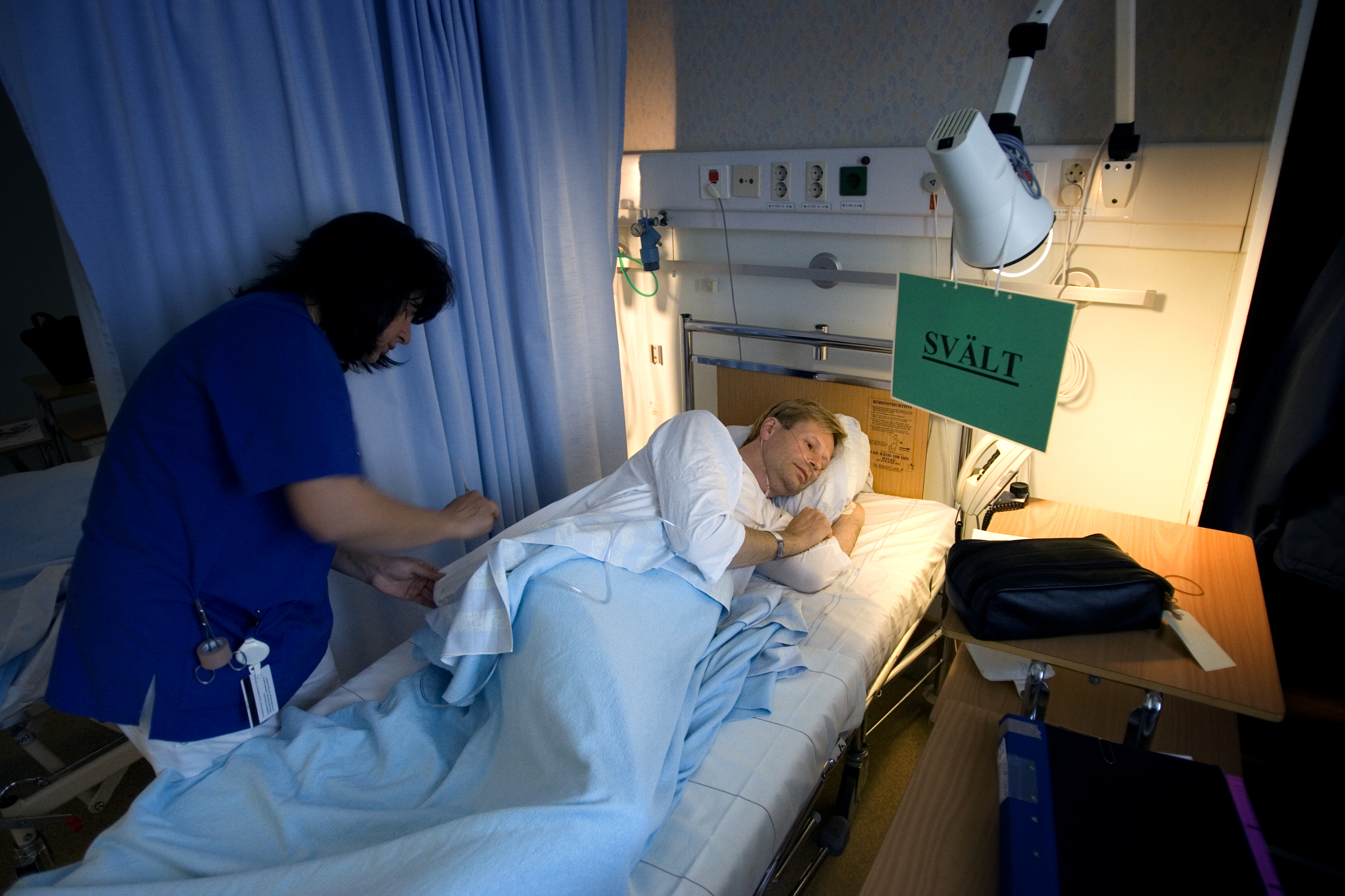 Jan får lugnande spruta inför operationen